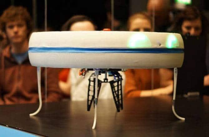drone livreur, un drone servant un café
