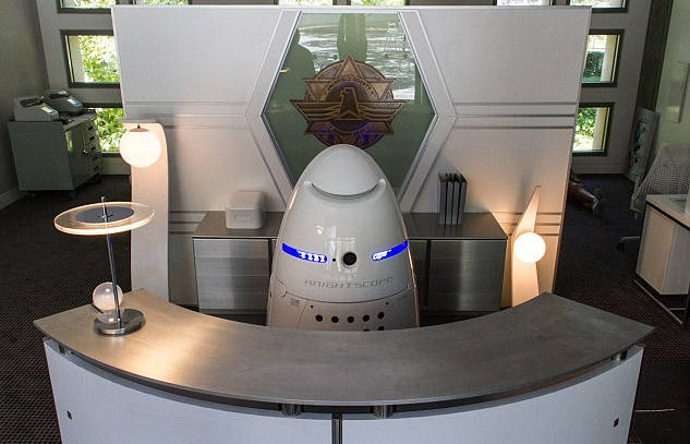 Un robot de surveillance renverse un bébé dans un centre commercial! (aucun blessé)