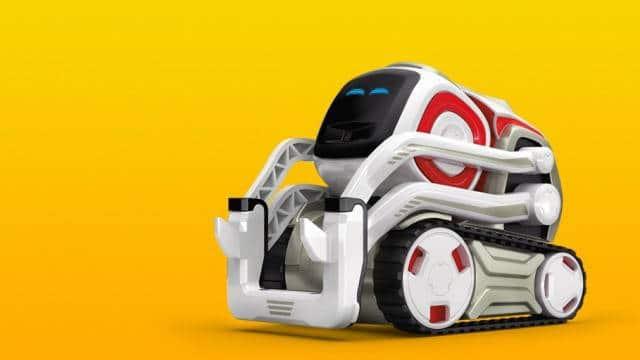 Présenté comme la révélation high-tech de l'année, Cozmo est un petit robot de compagnie dédié à toute la famille ! Il tient dans la main, est hyper expressif et son application Smartphone est très facile à prendre en main.