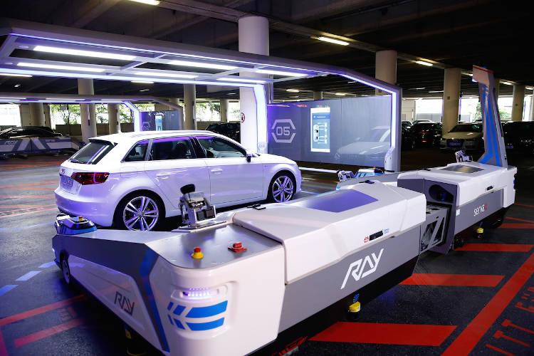 ray un robot qui gare les voitures dansl'aéroport