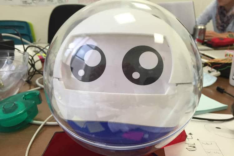 Un robot compagnon qui apprend les émotions et sécurise l'enfant