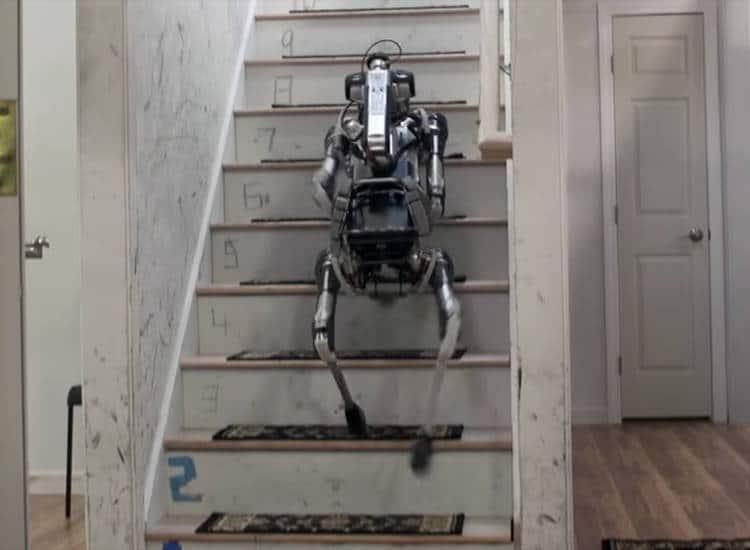 spotmini le robot chien de boston dynamics monte les escaliers