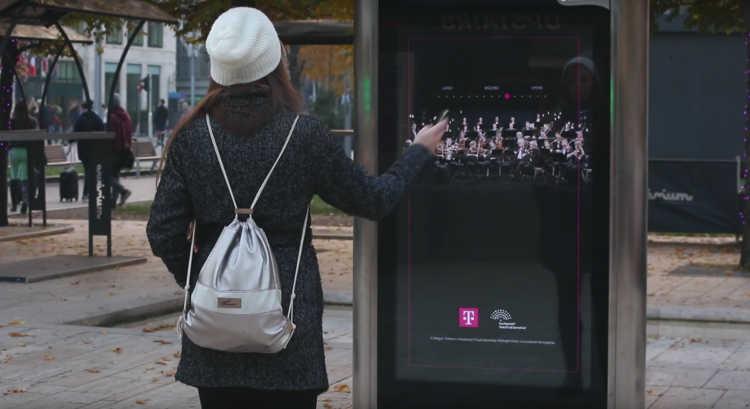Des passants dirigent l'orchestre du Festival de Budapest sur un panneau publicitaire interactif