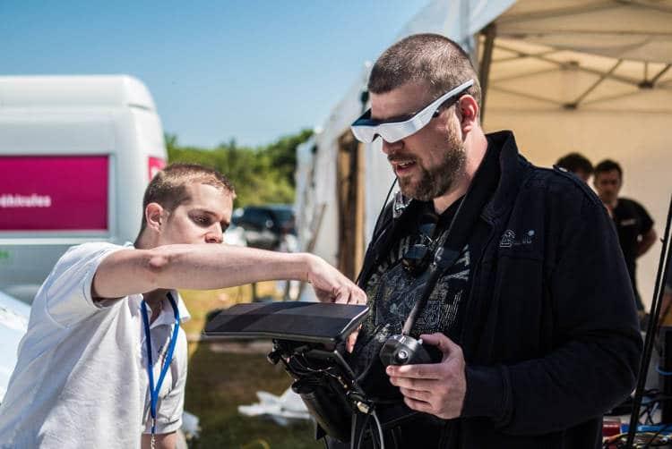 FPV pilote de course de drone, l'utilisation du casque