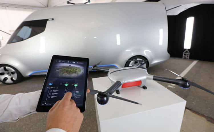 Mercedes investit pour un servicequi associe drones et robots livreurs