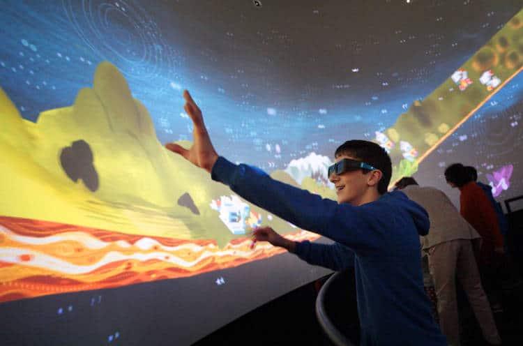 tumulte : la réalité virtuelle : « une machine à rêver » dans un cylindre géant de 6 mètres de diamètre