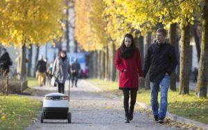 Le robot livreur se déplace en milieu urbain à la vitesse d'un piéton
