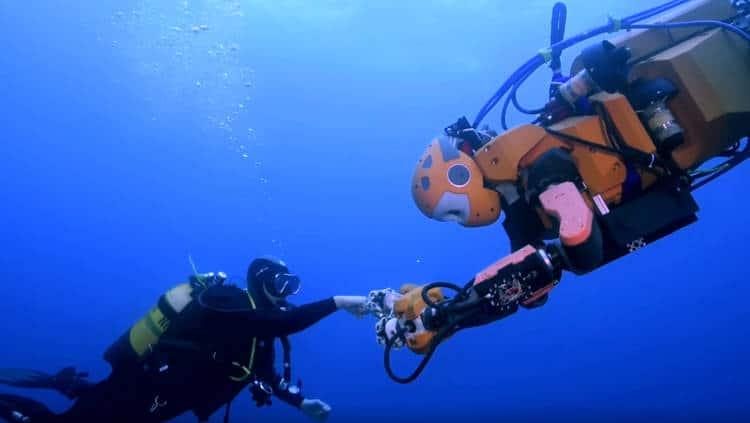 À Toulon, un humanoïde plongeur fait sensation
