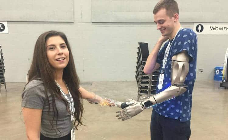 Une prothèse techno-futuriste directement reliée à l'os pour le premier homme augmenté
